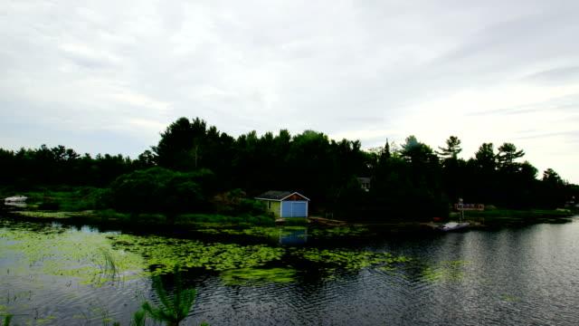 カナダのオンタリオ湖木に隠された時間の経過: 丸太小屋 - 田舎のライフスタイル点の映像素材/bロール