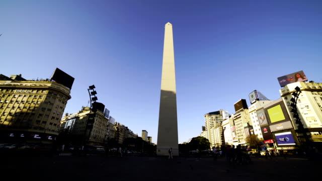 zaman sukut: dikilitaş ve 9 de julio, buenos aires, arjantin caddesi - obelisk stok videoları ve detay görüntü çekimi