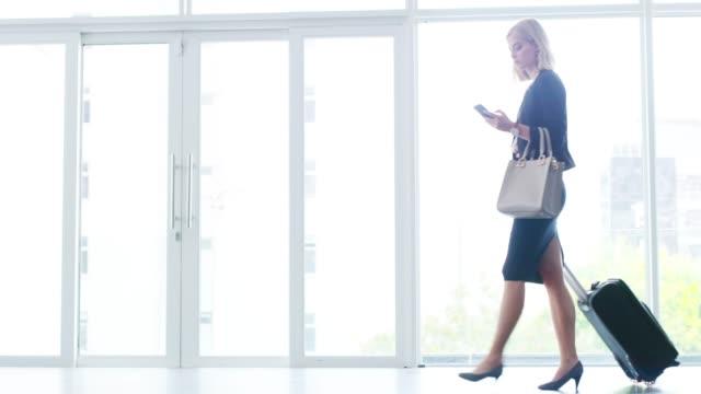 stockvideo's en b-roll-footage met tijd aan boord - business woman phone