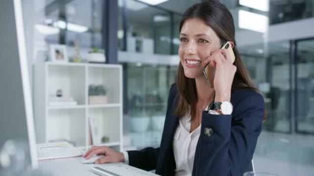 stockvideo's en b-roll-footage met tijd om te bellen in een paar gunsten - business woman phone