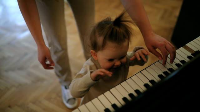 vídeos de stock e filmes b-roll de time to play the piano - instrumento musical