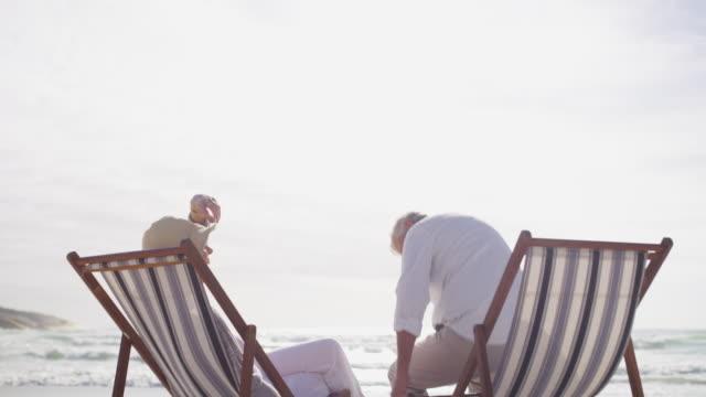 zeit zum entspannen, zusammen - sun chair stock-videos und b-roll-filmmaterial