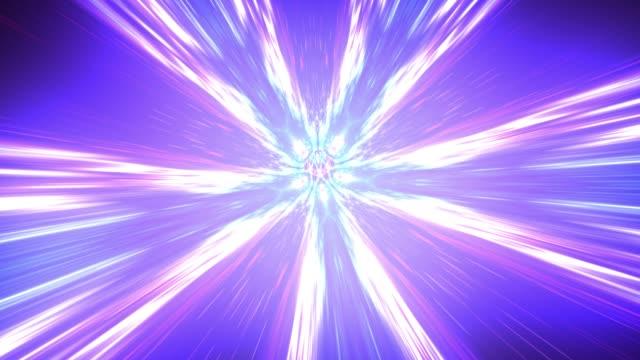 viaggio nel tempo e iper salto nello spazio. volare attraverso tunnel wormhole o vortice di energia astratta. singolarità, onde gravitazionali e concetto di spazio-tempo - foro video stock e b–roll
