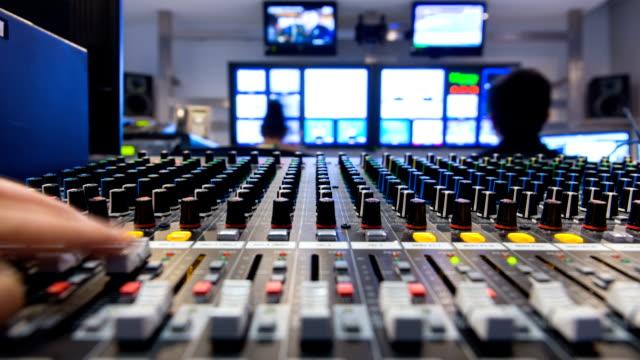 timeapse studio di broadcasting. - studio camera video stock e b–roll