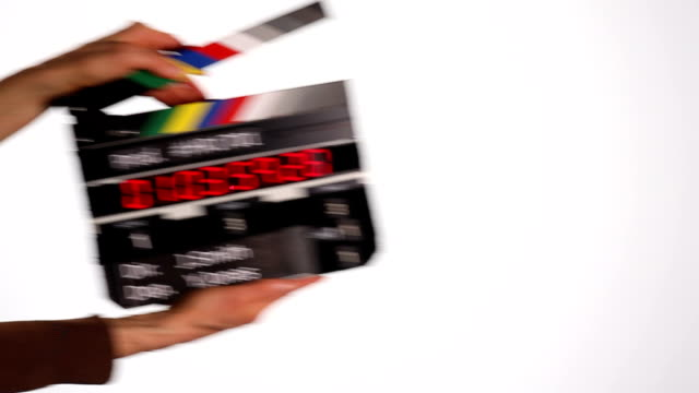 vidéos et rushes de le code temporel ardoise contre mur blanc - ardoise