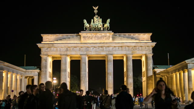 vídeos de stock e filmes b-roll de time-lapse de 4 k. portão de brandemburgo à noite - berlin wall