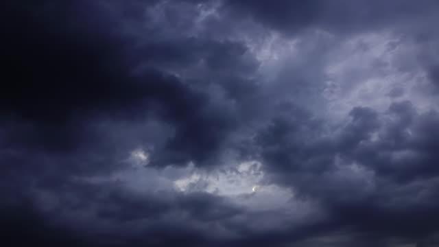 vídeos de stock, filmes e b-roll de time-lapse 4k, céu de nuvens escuras de chuva - nublado