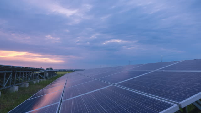 vídeos de stock e filmes b-roll de time-lapse 4k large industrial solar energy farm producing concentrated solar power day to night.green energy concept. - solar panel