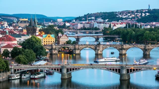 vidéos et rushes de time-lapse 4 k: vue aérienne des ponts sur la vltava à prague, république tchèque, au crépuscule - prague