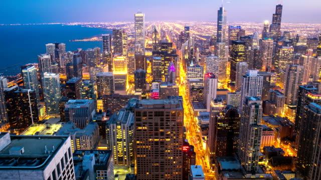 hd-zeitraffer: luftbild der skyline von chicago stadtbild bei dämmerung, usa - gold waschen stock-videos und b-roll-filmmaterial
