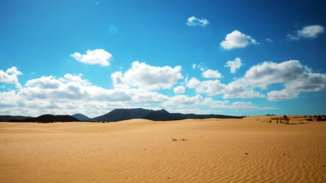 cloudscape 上砂漠を圧延のタイムラプス エアリアル ショット - 乾燥点の映像素材/bロール