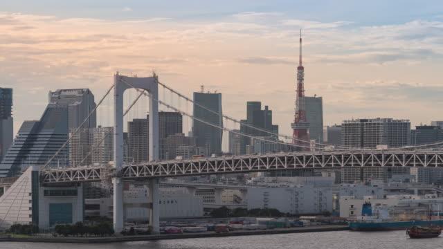 zeitraffer: tokyo rainbow bridge mit tokyo tower japan bei sonnenuntergang - wahrzeichen stock-videos und b-roll-filmmaterial