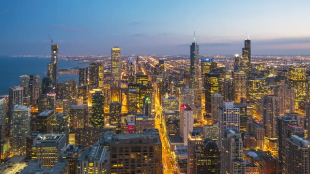 4k time-lapse: luftaufnahme der skyline von chicago cityscape day to night in dämmerung usa - stadtansicht stock-videos und b-roll-filmmaterial