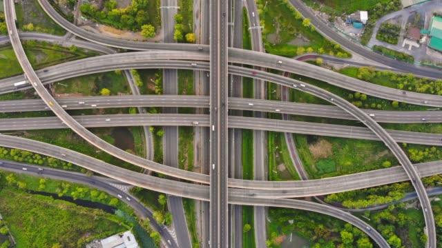 stockvideo's en b-roll-footage met time-lapse: luchtfoto van expressway road kruispunt - stadsweg