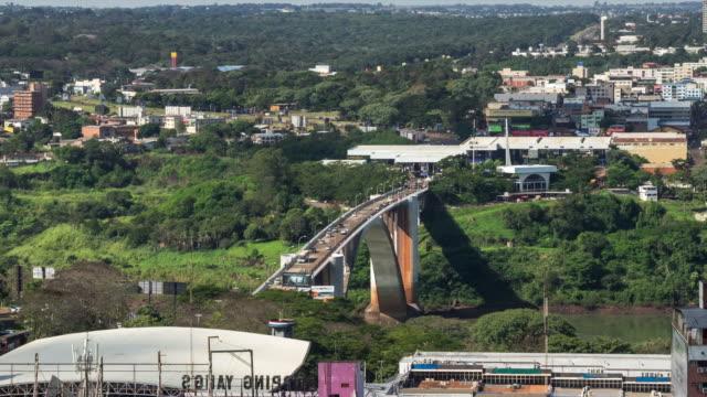 замедленная съемка вид сверху дружбы мост, смежные бразилия, парагвай - парагвай стоковые видео и кадры b-roll