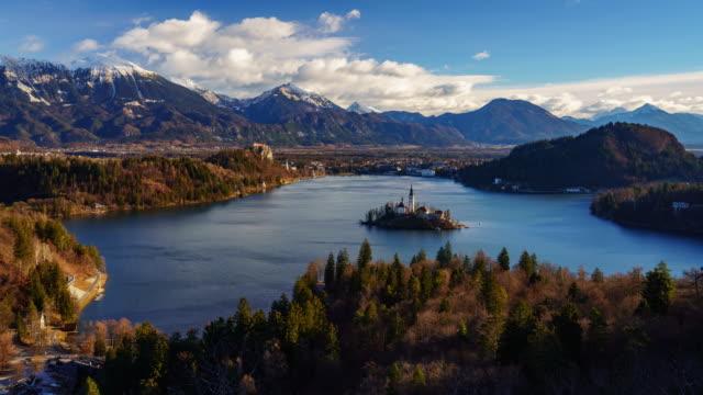 vídeos de stock, filmes e b-roll de vista aérea 4k timelapse do lago bled e julian alpes ao nascer do sol, eslovênia - eslovênia