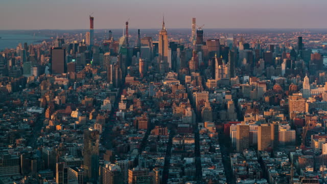 time-lapse: aerial view of new york city skyline mid town sunset twilight - манхэттен стоковые видео и кадры b-roll