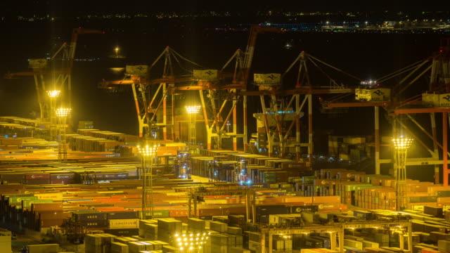 time-lapse: flygfoto över port arbetar last container i odaiba tokyo japan på natten - odaiba kaihin koen bildbanksvideor och videomaterial från bakom kulisserna
