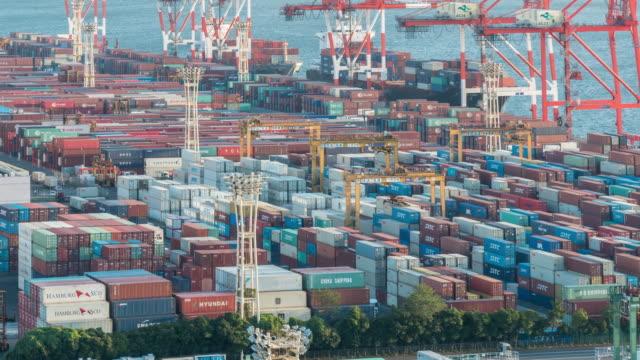 time-lapse: flygfoto över port arbetar last container i odaiba tokyo japan - odaiba kaihin koen bildbanksvideor och videomaterial från bakom kulisserna