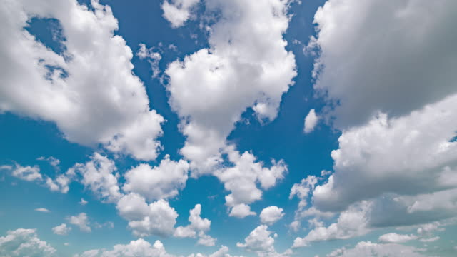 timelapse aerial wide shot of clouds movinf over blue sky - rotolare video stock e b–roll