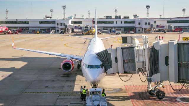 stockvideo's en b-roll-footage met 4 k time-lapse: vliegtuig wijken van jetway dock - schiphol