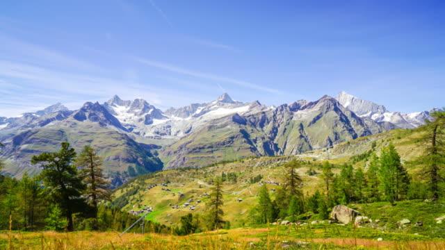 stockvideo's en b-roll-footage met timelapse alpen moutain met blauwe hemel in zwitserland - zermatt