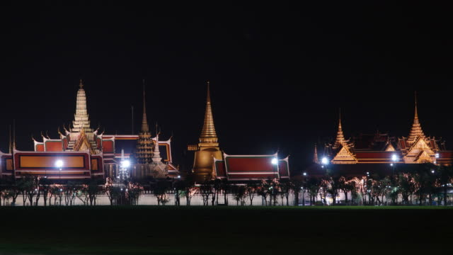 Timelapse and Dolly left: Wat Phra Kaew in night time.