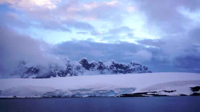 time-lapse :antarctica peninsula mountains glacier - antarktyda filmów i materiałów b-roll