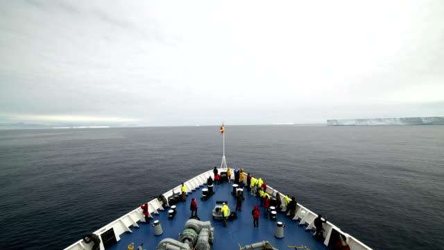 vídeos y material grabado en eventos de stock de time-lapse: turistas de la antártida en barco por el canal de lemaire - viaje a antártida