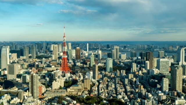 4 コマ k: 東京タワーと東京の都市景観のスカイラインの arial ビュー - 東京タワー点の映像素材/bロール