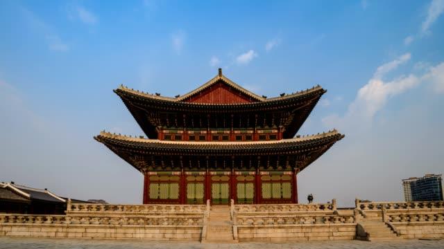 timelapse at gyeongbokgung palace, seoul, south korea, 4k time lapse - cultura coreana video stock e b–roll
