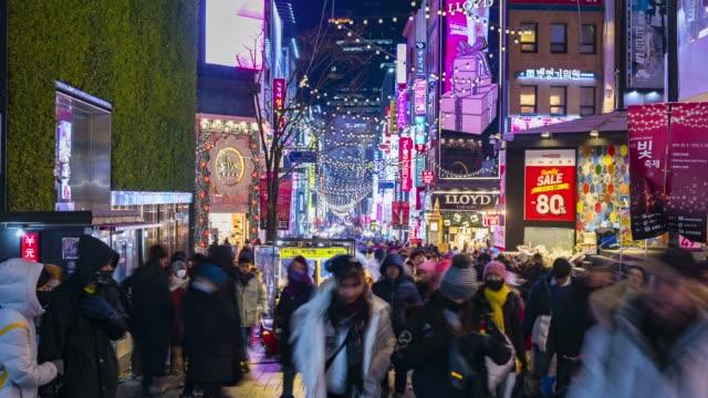 vídeos de stock e filmes b-roll de timelapse at myeong-dong market.people walking on a shopping street at night, seoul, south korea - seul