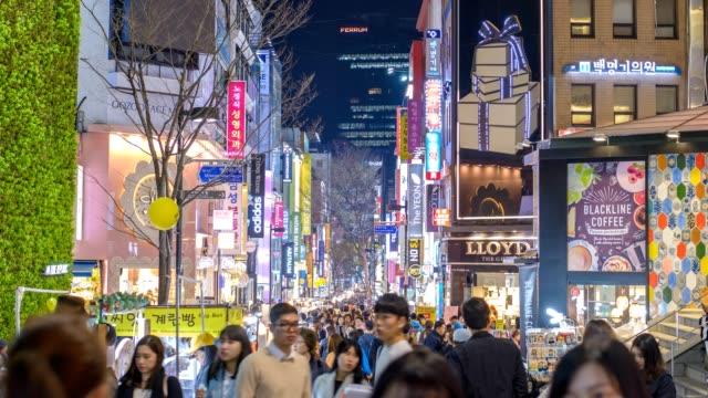 vídeos de stock e filmes b-roll de timelapse at myeong-dong shopping street at night, seoul, south korea 4k time lapse - coreia do sul