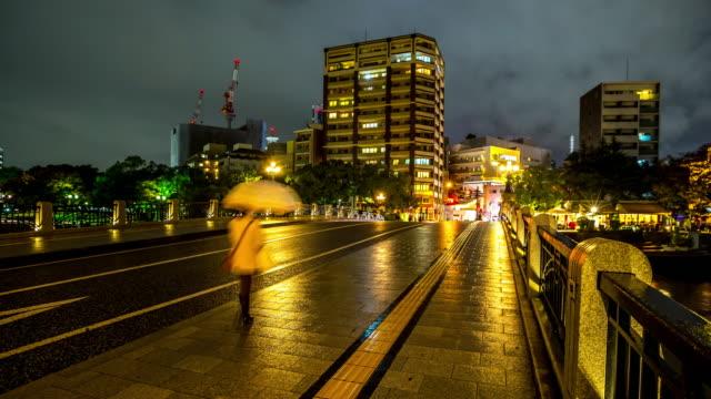 4 k hızlandırılmış: atomik kubbe kalıntıları otogawa nehir hiroşima şehir - hiroshima stok videoları ve detay görüntü çekimi