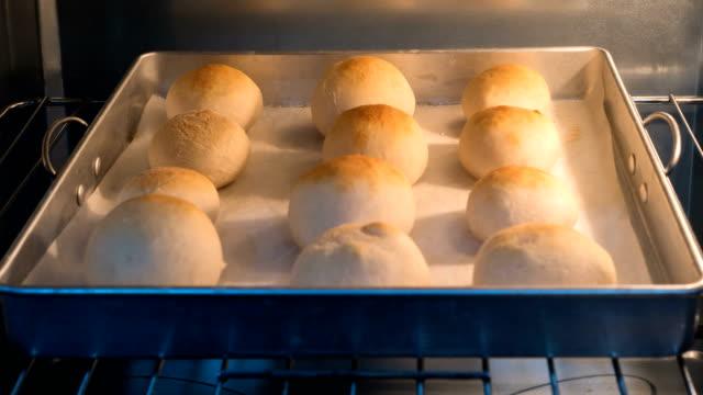 vidéos et rushes de 4k timelapse - cuisson du pain - four
