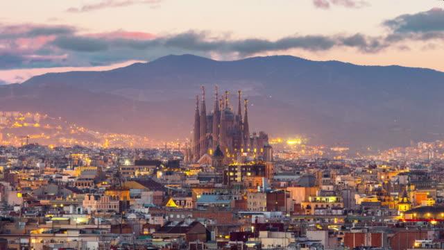 timelapse barcelona skyline der stadt und der sagrada familia in der dämmerung - spanien stock-videos und b-roll-filmmaterial
