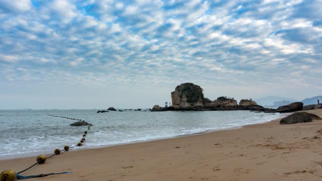 timelapse - stranden med lion hill på gulangyu island, xiamen, kina - xiamen bildbanksvideor och videomaterial från bakom kulisserna