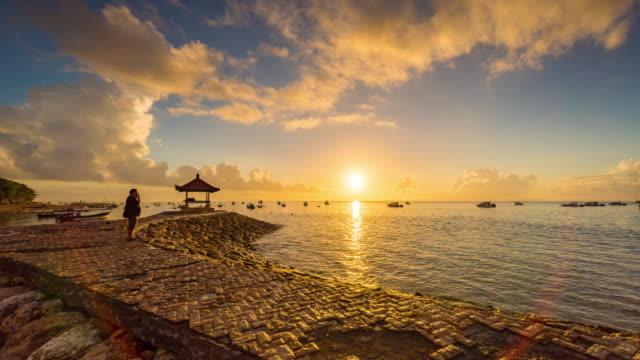 Timelapse schönen Sonnenaufgang morgen am Strand von Karang, Sanur in Bali, Indonesien – Video