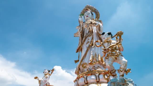 time-lapse: grande statua di guanyin con cielo blu, risoluzione 4k. - pathum thani video stock e b–roll