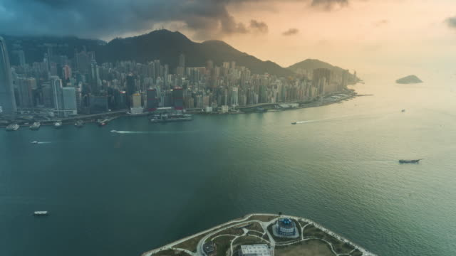 Time-Lapse: Bird eye view of Hong Kong cityscape at victoria harbor at night - vídeo