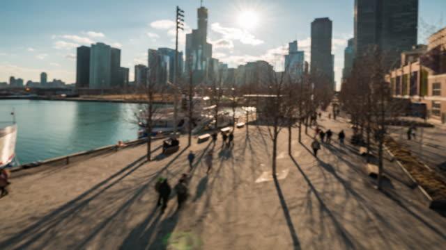 시간 경과: 흐릿한 배경 관광 사람들 해군 부두 호수 미시간 시카고 다운타운, 일리노이 미국 주위 군중 - 근거리 초점 스톡 비디오 및 b-롤 화면