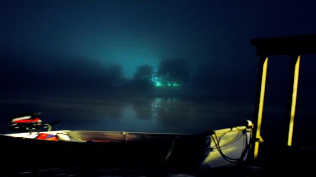 timelapse bootsanlegestelle in geheimnisvolle nebel - ferienlager stock-videos und b-roll-filmmaterial