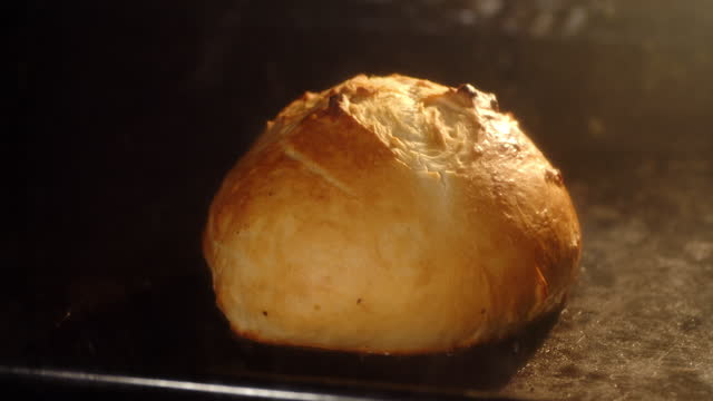 vídeos y material grabado en eventos de stock de el pan timelapse se hornea en cuatro hasta que se dore. - al horno