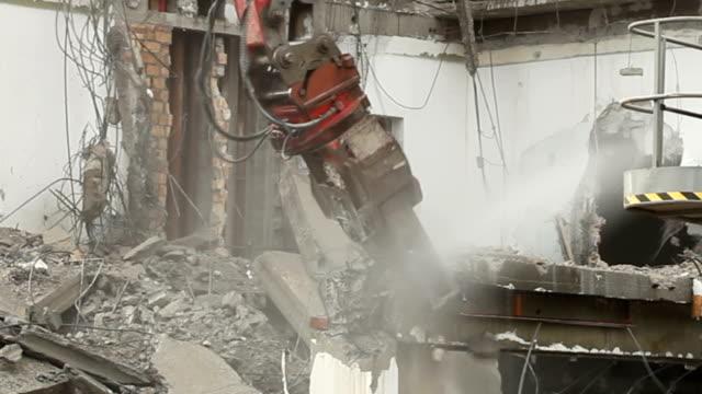 vídeos y material grabado en eventos de stock de timelapse-demolición de edificio - pinzas utensilio para servir