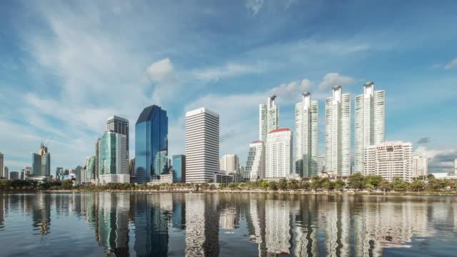 vídeos de stock, filmes e b-roll de 4k lapso de tempo torre zona urbana área de negócios, asia bangkok tailândia - fuso horário