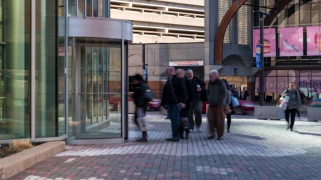 time-lapse: affärsman och worker klockning klocka för att starta sitt arbete på boston office building, ma usa - massachusetts bildbanksvideor och videomaterial från bakom kulisserna