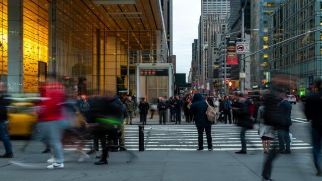 stockvideo's en b-roll-footage met time-lapse: zakenman en werknemer voetganger druk op bryant park times square new york city vs zonsondergang - dubbelopname businessman