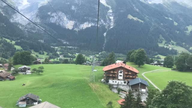 timelapse-linbanan som går i grindelwald, switzerland - grindelwald bildbanksvideor och videomaterial från bakom kulisserna