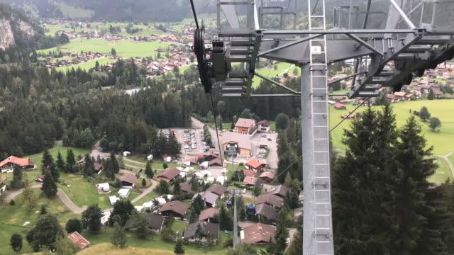 timelapse-linbanan som går med vacker utsikt i grindelwald, schweiz - grindelwald bildbanksvideor och videomaterial från bakom kulisserna