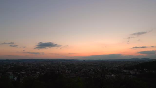 vídeos de stock, filmes e b-roll de por do sol da captação de timelapse na cidade brno no tempo atrasado do verão céu inteiramente colorido com cores roxas e azuis. - sol nascente horizonte drone cidade